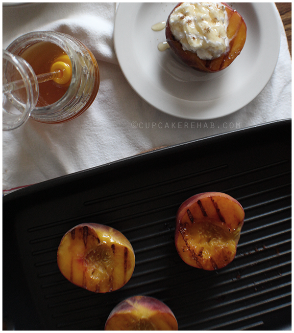 Easy summer dessert: grilled peaches with ricotta cream & honey.